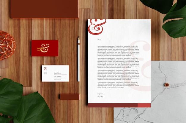 Визитная карточка с бланком формата а4 и макет бланка в деревянном полу Premium Psd