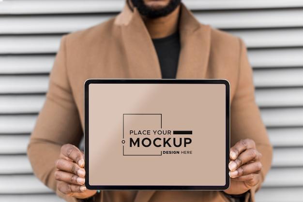 あなたのデザインのモックアップの場所を保持しているビジネスの男性 Premium Psd
