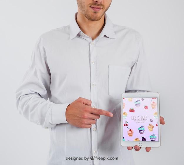 Бизнесмен, указывая на планшет Бесплатные Psd