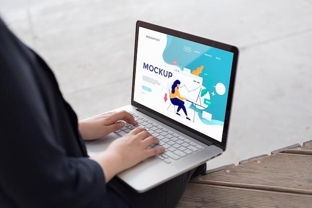 Imprenditrice lavorando su laptop mock-up Psd Gratuite