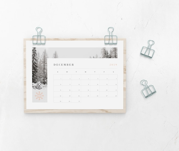 Calendar catched on wooden board Free Psd