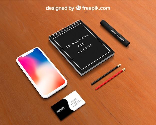 Calendario e smartphone mockup sull'area di lavoro Psd Gratuite