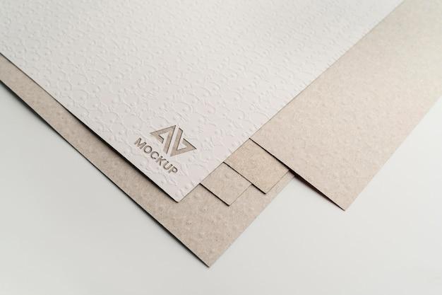 Дизайн логотипа макета заглавной буквы на минималистской бумаге Premium Psd