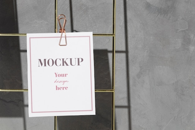 Card hanging on grid wire board with clip Premium Psd