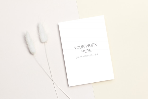 Card mockup with dry flowers Premium Psd