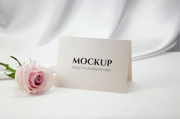 장미 꽃과 카드 이랑입니다. 프리미엄 PSD 파일