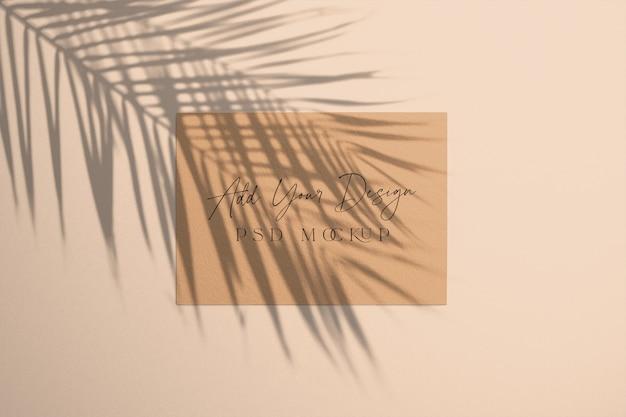 오버레이 그림자 팜 트리가있는 카드 프리미엄 PSD 파일