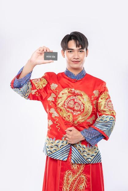 Китаец держит макет пустой кредитной карты Бесплатные Psd
