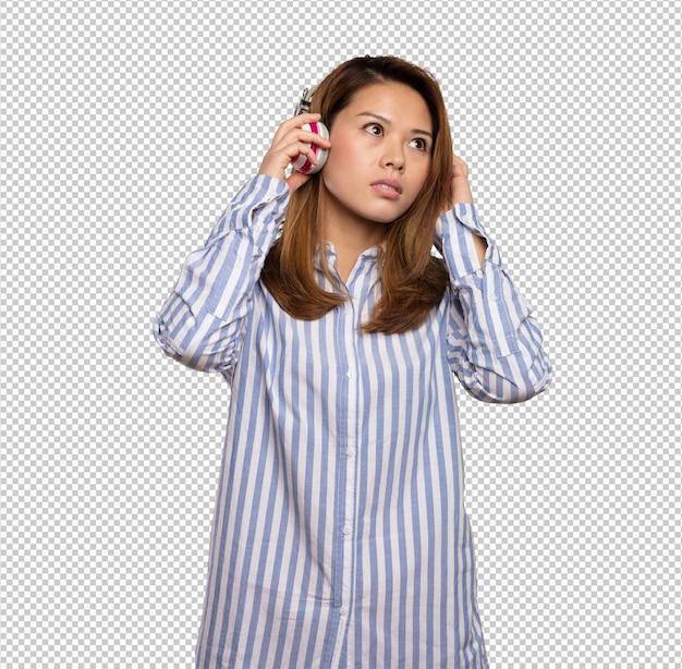 Chinese woman listening music on headphones Premium Psd