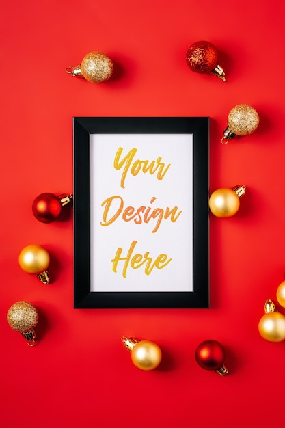 Christmas composition with picture frame mockup. red and golden ornament and baubles decorations. Premium Psd
