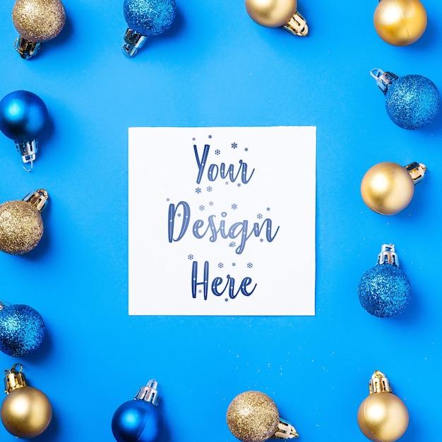 흰색 사각형 복사 공간 크리스마스 구성입니다. 화려한 장식과 싸구려 장식. 모형 인사말 카드 서식 파일 프리미엄 PSD 파일
