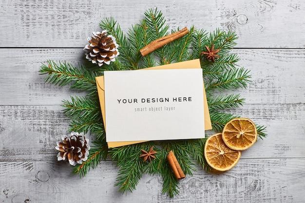 전나무 나무 가지, 마른 오렌지와 향신료와 함께 크리스마스 인사말 카드 모형 프리미엄 PSD 파일