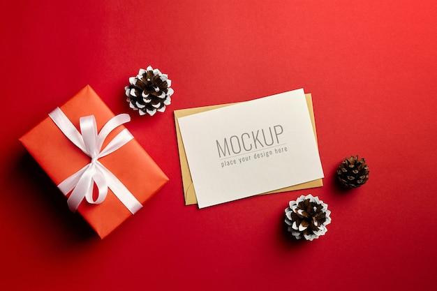 선물 상자와 소나무 콘 크리스마스 인사말 카드 모형 프리미엄 PSD 파일