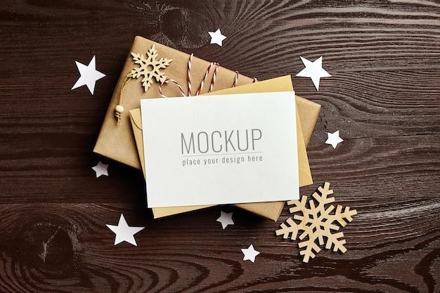 선물 상자와 나무 장식 크리스마스 인사말 카드 모형 프리미엄 PSD 파일