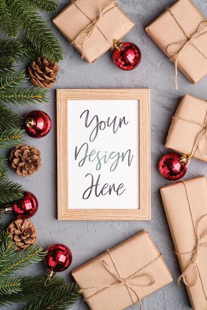 Рождественские праздники композиция с фоторамкой макет. красные фенечки, подарки и еловые ветки. Premium Psd