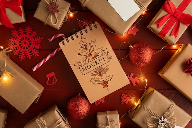 Рождественский макет блокнота и подарочные коробки Бесплатные Psd