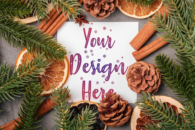 Рождественский макет композиции с корицей, анисом, сухофруктами, сосновыми шишками и украшениями из хвои на сером Premium Psd