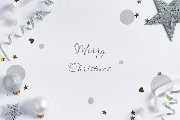 シルバーのリボンと装飾が施されたクリスマスのモックアップ。 Premium Psd