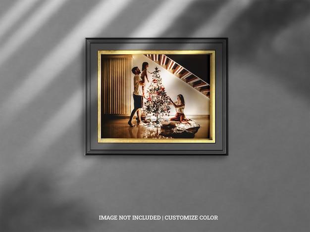 ドロップシャドウのモックアップとクリスマスのモノクロとゴールドの水平壁フレーム Premium Psd