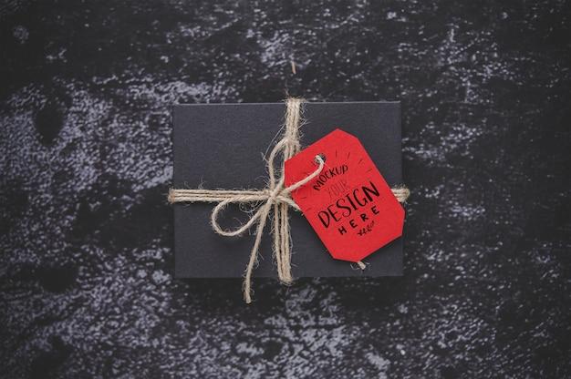 선물 상자에 크리스마스 선물 태그 무료 PSD 파일