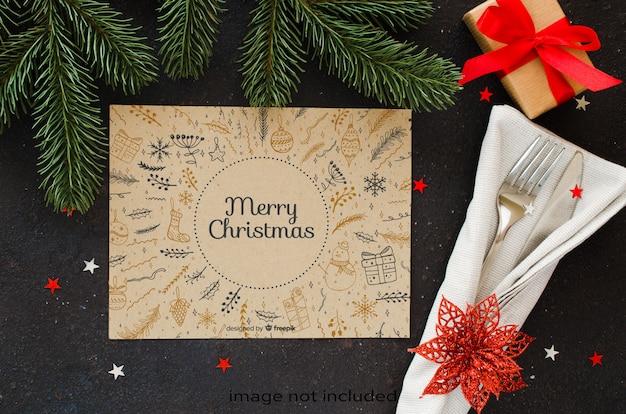 クリスマステーブルの設定。クリスマスや新年のメニューを書くための冬の背景。 Premium Psd