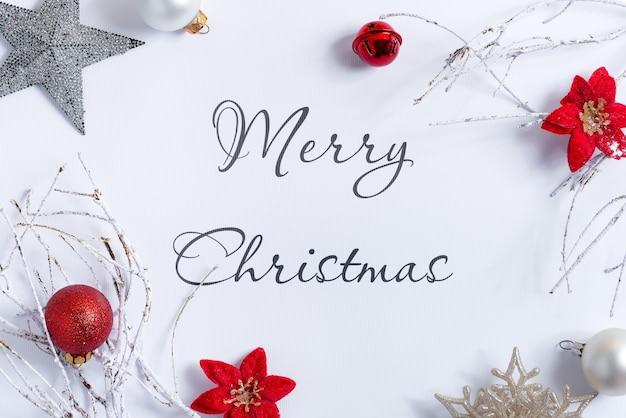 Рождественский белый фон макет с украшениями Premium Psd