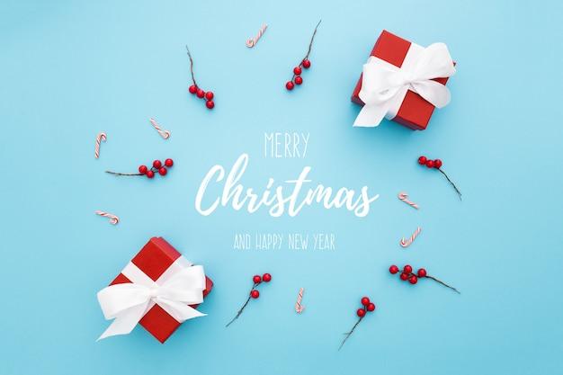 파란색 배경에 크리스마스 장신구와 원형 구성 무료 PSD 파일