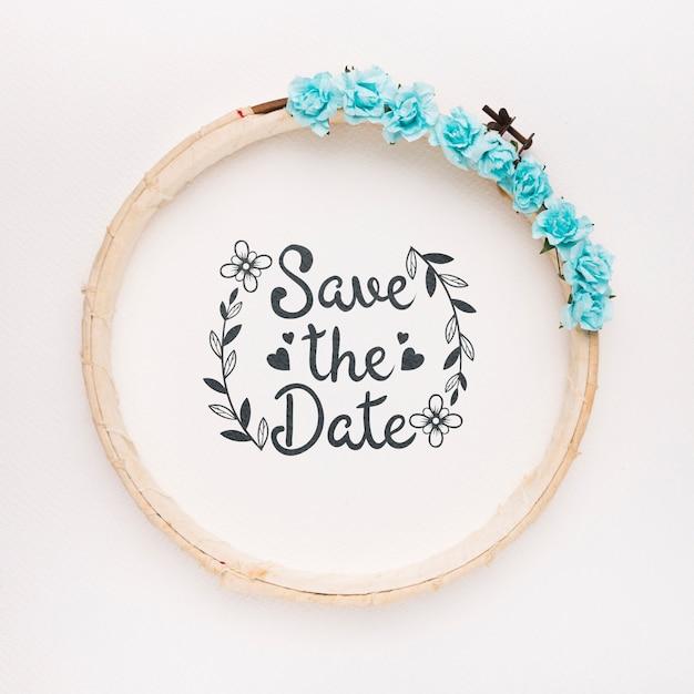 Круглая деревянная рама с синими розами сохраняет макет даты Бесплатные Psd