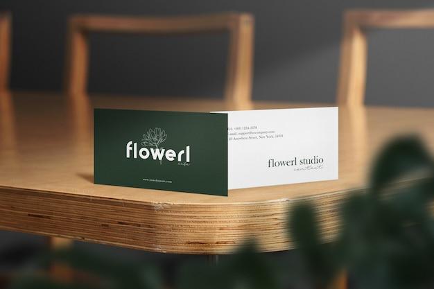 Чистый минимальный визитная карточка макет на деревянный стол с светом и оставляет тень. Premium Psd