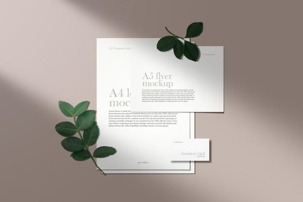 緑の葉の影でヌード色の最小限の企業文書のモックアップをきれいにする Premium Psd