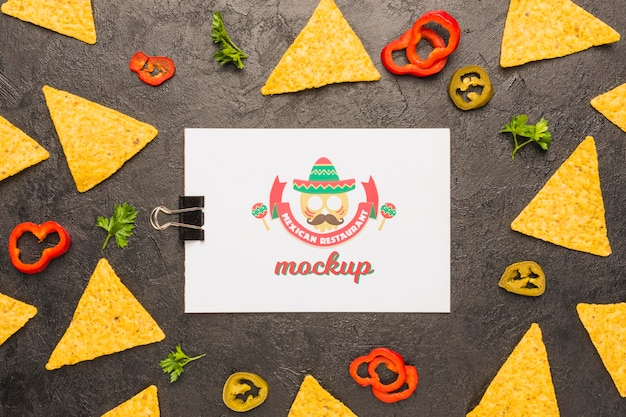 Clipboard surrounded by tortilla chips and ingredients Free Psd