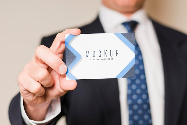 Close-up businessman holding card Premium Psd