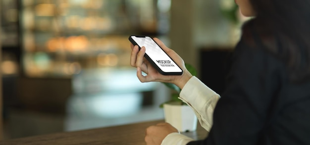 Close up of businesswoman hand holding smartphone mockup Premium Psd