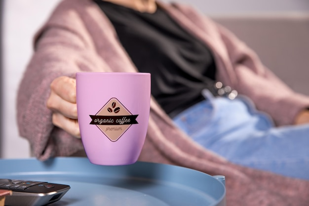 ピンクのコーヒー・マグを持つ女性をクローズアップ 無料 Psd