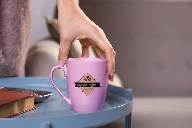 コーヒー・マグを持っているクローズアップ手 無料 Psd
