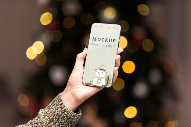 근접 손을 잡고 전화 모형 무료 PSD 파일
