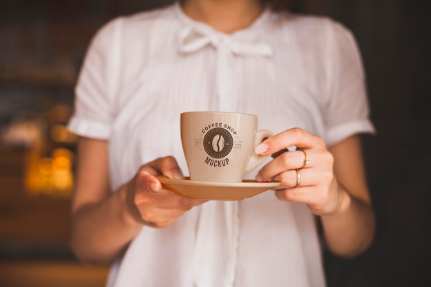 Close-up hands holding coffee cup Premium Psd