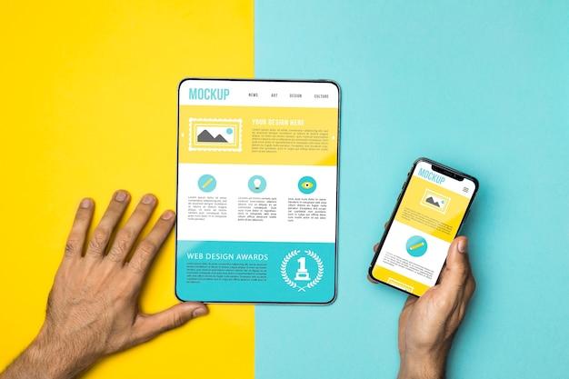 근접 손 전화 및 태블릿을 들고 무료 PSD 파일