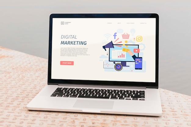 디지털 마케팅 방문 페이지가있는 클로즈업 노트북 무료 PSD 파일