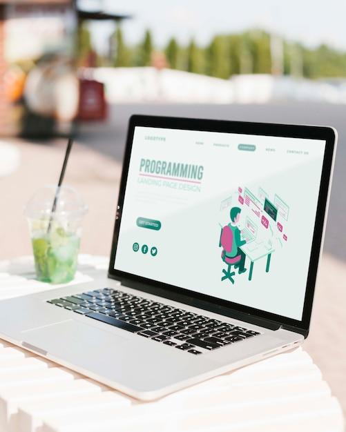 프로그래밍 방문 페이지가있는 클로즈업 노트북 무료 PSD 파일