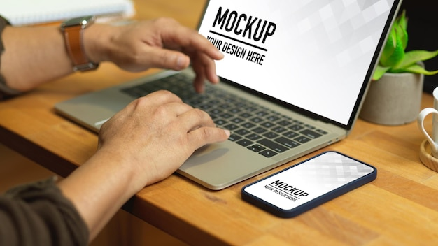 Close up of male hands typing on laptop mockup Premium Psd