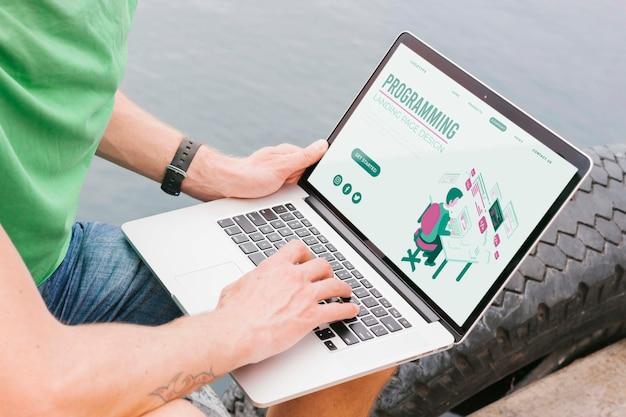 노트북에서 일하는 근접 남성 학생 무료 PSD 파일