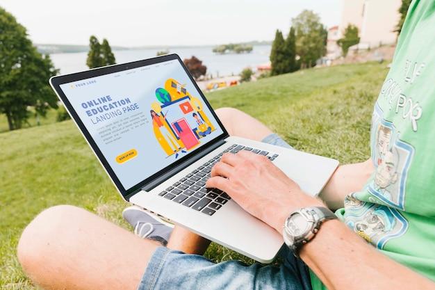 야외에서 노트북에서 일하는 근접 남성 무료 PSD 파일