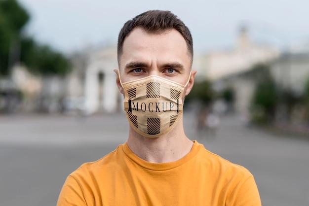 保護マスクを身に着けているクローズアップの男 Premium Psd