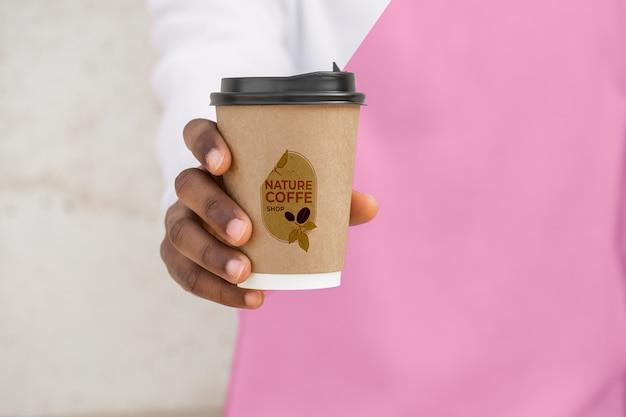 Primo piano uomo con felpa con cappuccio bere caffè Psd Gratuite