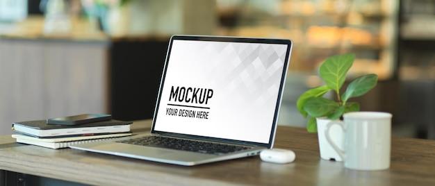 ノートパソコンのモックアップでポータブルワークスペースのクローズアップ Premium Psd