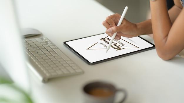 Крупным планом с помощью макета цифрового планшета Premium Psd