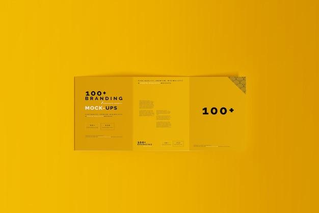 三つ折りパンフレットモックアップのパッケージにクローズアップ Premium Psd