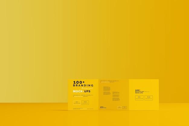 三つ折りスクエアパンフレットモックアップのパッケージにクローズアップ Premium Psd