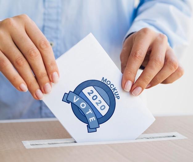 상자에 투표 모형을 넣어 근접 사람 프리미엄 PSD 파일